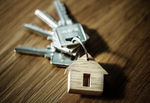 keys-with-house-keychain-on-wooden-background