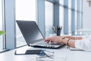 copywriter-using-white-label-content-writing-at-work