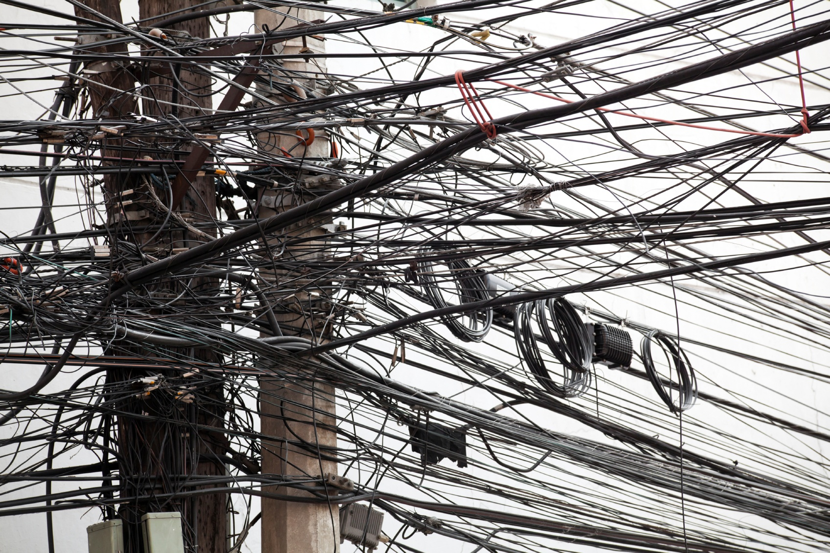 wires-confused-on-telephone-pole