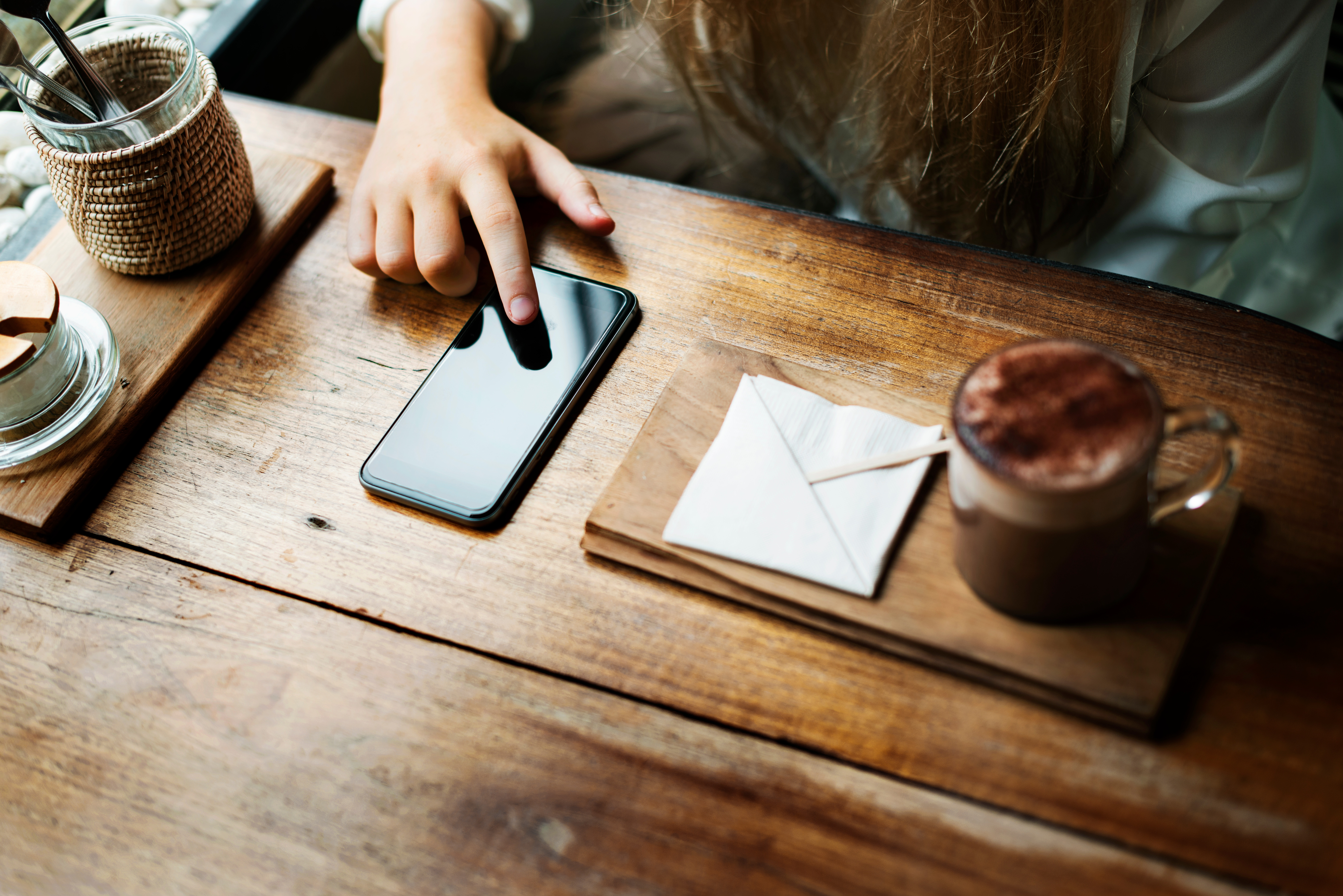 receiving-mobile-notifications-and-using-smartphone-at-coffee-shop
