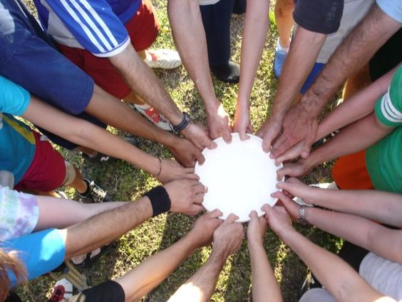 disc-team-hands-holding-single-white-Frisbee